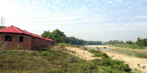 মনুনদীর প্রতিরক্ষা বাঁধের ভেতর নির্মাণ হচ্ছে গৃহহীনদের ঘর, বন্যাভীতি